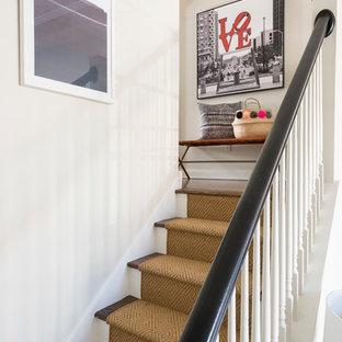 Ejemplo de escalera recta, tradicional renovada, pequeña, con escalones enmoquetados, contrahuellas de madera pintada y barandilla de madera
