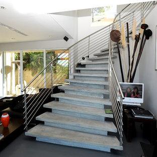 ロサンゼルスのコンクリートのコンテンポラリースタイルのおしゃれなサーキュラー階段 (コンクリートの蹴込み板) の写真