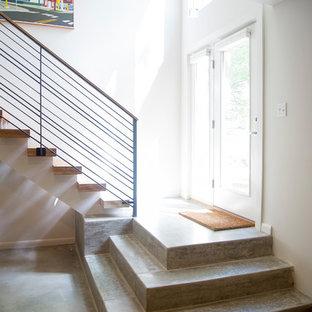 Idee per una scala moderna con pedata in legno, alzata in ardesia e parapetto in cavi