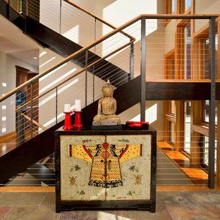 Идея дизайна: п-образная лестница в восточном стиле с деревянными ступенями без подступенок