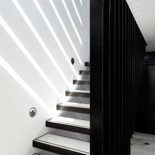 Ispirazione per una scala sospesa minimalista di medie dimensioni con nessuna alzata e pedata in marmo