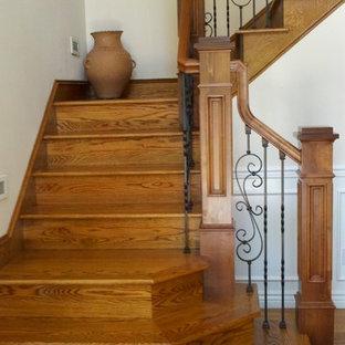 Ejemplo de escalera en L, clásica, de tamaño medio, con escalones de madera, contrahuellas de madera y barandilla de varios materiales