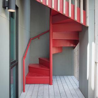 На фото: винтовая лестница в стиле ретро с