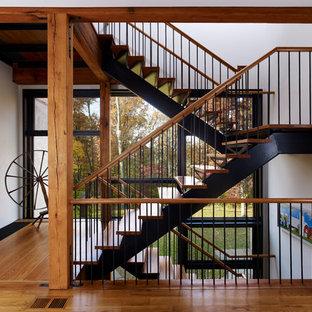Ejemplo de escalera de estilo de casa de campo, sin contrahuella, con barandilla de varios materiales