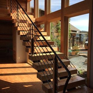 他の地域の中サイズの木のコンテンポラリースタイルのおしゃれな階段の写真