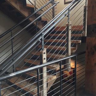 Modelo de escalera en L, clásica renovada, de tamaño medio, sin contrahuella, con escalones de madera