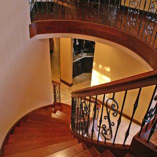 Imagen de escalera suspendida, tradicional, extra grande, con escalones de madera y contrahuellas de madera
