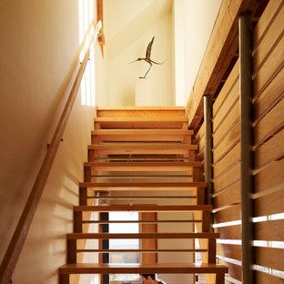 Imagen de escalera recta, tradicional renovada, sin contrahuella, con escalones de madera y barandilla de madera
