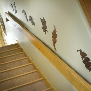 デンバーの中サイズの木のサンタフェスタイルのおしゃれな直階段 (木の蹴込み板) の写真