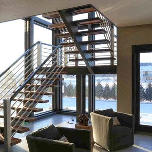 Ejemplo de escalera en U, tradicional renovada, grande, sin contrahuella, con escalones de madera y barandilla de varios materiales