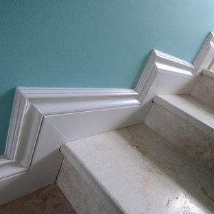 マイアミのライムストーンのトラディショナルスタイルのおしゃれな階段 (ライムストーンの蹴込み板) の写真