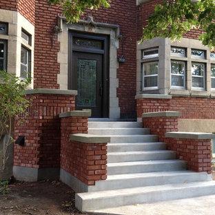 Imagen de escalera recta, de estilo americano, con escalones de hormigón y contrahuellas de hormigón