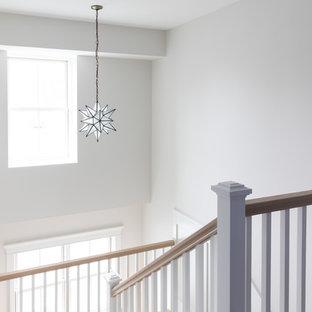 Modelo de escalera en U, campestre, grande, con escalones enmoquetados, contrahuellas enmoquetadas y barandilla de madera