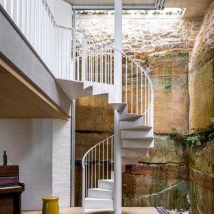 Modelo de escalera de caracol, urbana, con escalones de metal, contrahuellas de metal y barandilla de metal