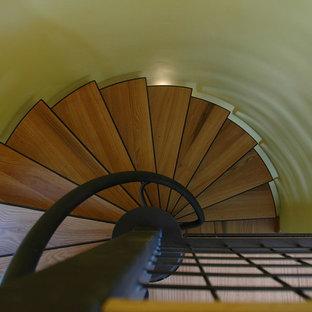 デンバーの中サイズの木のカントリー風おしゃれな階段 (金属の手すり) の写真