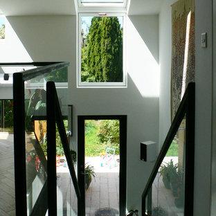 Idéer för en liten modern rak trappa i trä, med sättsteg i glas och räcke i metall