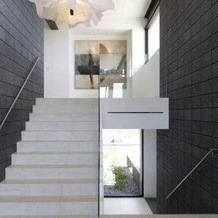 Imagen de escalera en U, de estilo americano, de tamaño medio, con barandilla de vidrio