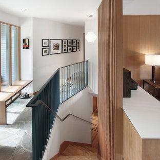シアトルの中くらいの木のミッドセンチュリースタイルのおしゃれな直階段 (木の蹴込み板) の写真