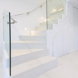 Diseño de escalera en L, minimalista, pequeña, con barandilla de vidrio