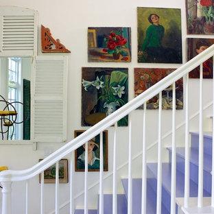 Inspiration för shabby chic-inspirerade trappor i målat trä, med sättsteg i målat trä
