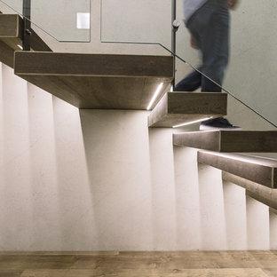 Foto di una grande scala sospesa design con pedata in legno e nessuna alzata