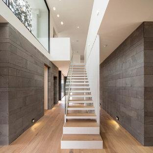 Ejemplo de escalera recta, contemporánea, grande, con escalones de madera y contrahuellas de madera pintada