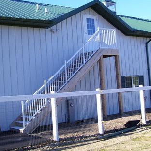 ミルウォーキーの小さいフローリングのラスティックスタイルのおしゃれな直階段 (木の蹴込み板) の写真