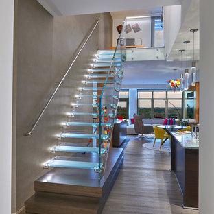 Diseño de escalera recta, actual, de tamaño medio, sin contrahuella, con barandilla de vidrio y escalones de vidrio