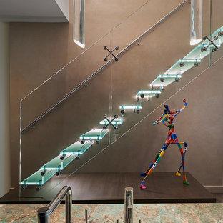 Diseño de escalera recta, actual, de tamaño medio, sin contrahuella, con escalones de acrílico