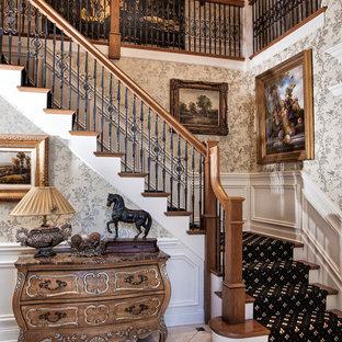 Aménagement d'un escalier victorien en L avec des marches en bois et des contremarches en bois peint.