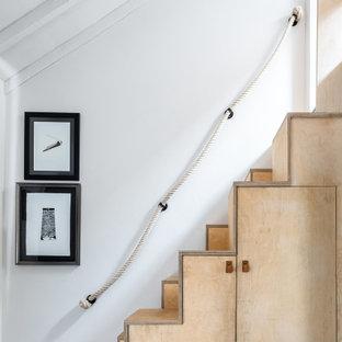 Ejemplo de escalera bohemia, pequeña, con escalones de madera, contrahuellas de madera y barandilla de varios materiales