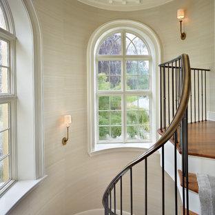 Inspiration för en vintage svängd trappa i trä