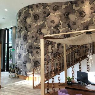 Foto de escalera curva y papel pintado, moderna, con barandilla de madera y papel pintado