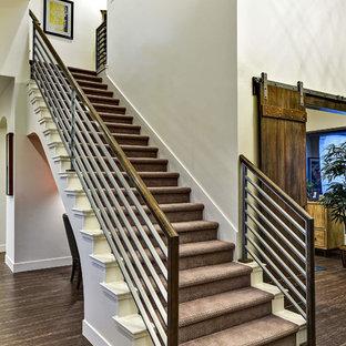 Diseño de escalera suspendida, moderna, con escalones enmoquetados y contrahuellas enmoquetadas