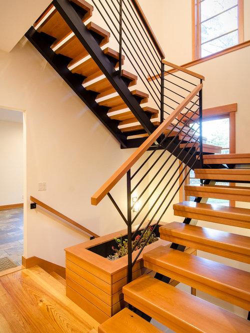 Treppenhaus mit gefliesten treppenstufen im landhausstil ...