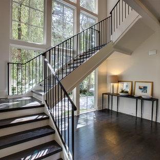 На фото: п-образная лестница среднего размера в классическом стиле с деревянными ступенями, крашенными деревянными подступенками и металлическими перилами