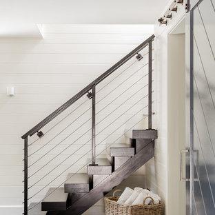 ボストンの中サイズの木のコンテンポラリースタイルのおしゃれな直階段 (木の蹴込み板、ワイヤーの手すり) の写真