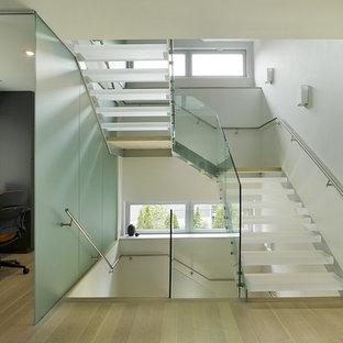"""Idee per una scala a """"U"""" minimalista di medie dimensioni con pedata acrillica e nessuna alzata"""