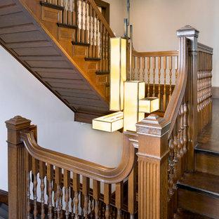 """Idee per una grande scala a """"U"""" vittoriana con pedata in legno, alzata in legno e parapetto in legno"""