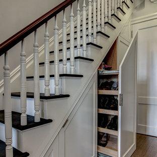 Идея дизайна: лестница в классическом стиле с деревянными ступенями и кладовкой или шкафом под ней