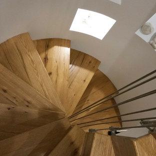 ニューヨークの小さい木の北欧スタイルのおしゃれならせん階段 (木の蹴込み板) の写真