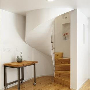 Diseño de escalera de caracol, vintage, pequeña, con escalones de madera y contrahuellas de madera