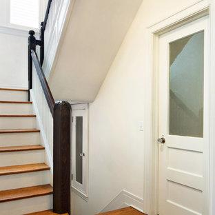Foto de escalera en U, romántica, de tamaño medio, con escalones de madera y contrahuellas de madera pintada