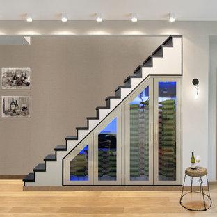 Diseño de escalera recta, minimalista, de tamaño medio, con escalones de madera pintada y contrahuellas de madera pintada