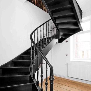 Diseño de escalera en U, romántica, con escalones de madera pintada, contrahuellas de madera pintada y barandilla de madera