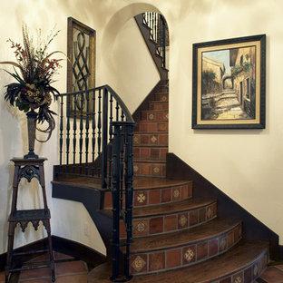 Modelo de escalera en U, mediterránea, de tamaño medio, con escalones de madera, contrahuellas de terracota y barandilla de metal