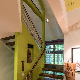 ルイビルのサンタフェスタイルのおしゃれな階段の写真