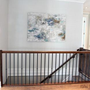 Modelo de escalera recta, tradicional renovada, de tamaño medio, con escalones enmoquetados, contrahuellas enmoquetadas y barandilla de madera