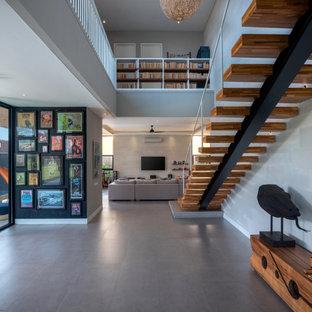 Inspiration för stora moderna trappor i trä, med sättsteg i trä och räcke i metall