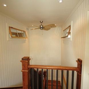 トロントの中サイズの金属製のサンタフェスタイルのおしゃれなかね折れ階段 (木材の手すり) の写真